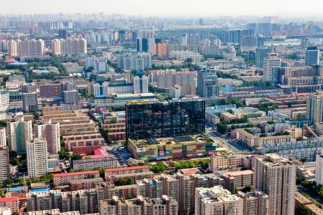 Distrito de Haidan, en el Pekín moderno. A día de hoy, la capital china es una de las urbes más grandes del planeta, y uno de los principales centros financieros y económicos de Asia oriental. Pekín ha crecido hasta convertirse en una ciudad moldeada por la expansión demográfica y por los rigores arquitectónicos del comunismo chino, en una transformación radical que, sin embargo, es coherente con su tradicional posición de relevancia y poder en la región.