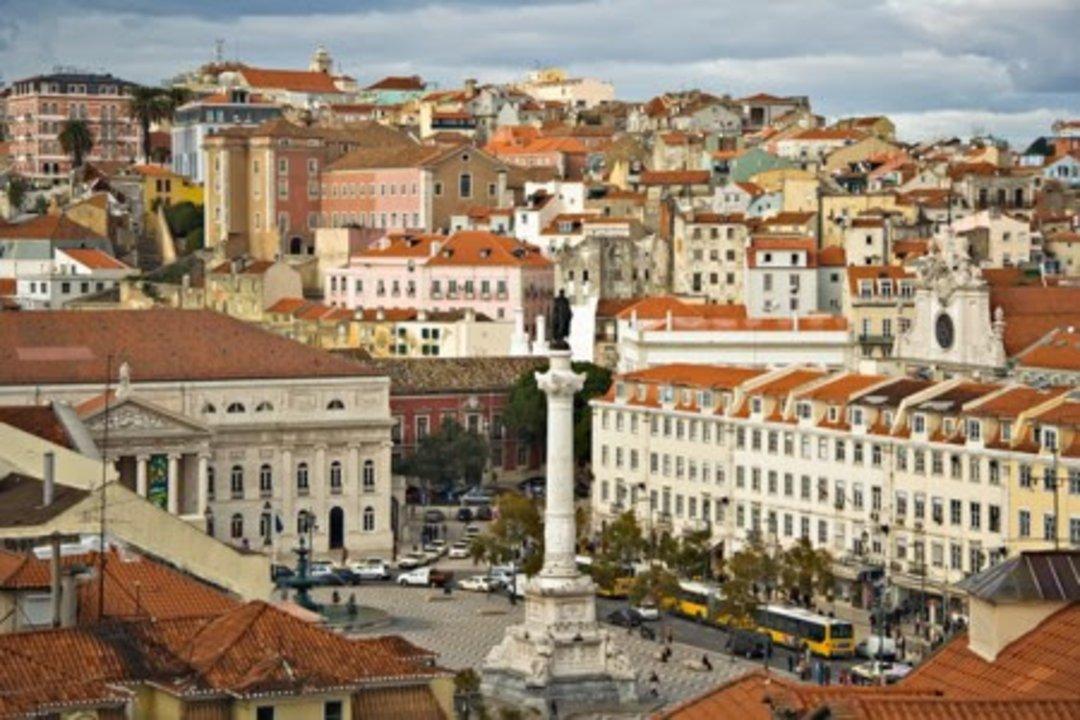 Lisboa es hoy la capital de Portugal, y ha sufrido drásticas modificaciones en su fisionomía urbana por culpa del incendio del siglo XVIII que arrasó el centro de la ciudad por completo. Tan sólo el barrio de la Alfama se libró, en el casco histórico, y el resto fue rediseñado a modo de ensanche.
