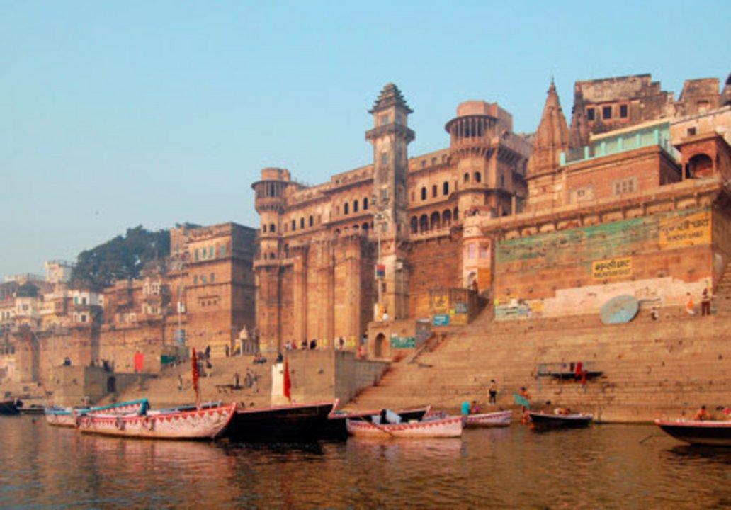 Hoy Varanasi es una urbe modernizada y muy relevante dentro del estado indio de Uttar Pradesh. Célebre por sus múltiples monumentos a orillas del Ganges, al que se puede acceder a través de diversas y muy icónicas escaleras, Varanasi también es una suerte de centro industrial (especialmente de la industria textil) clave para el valle.