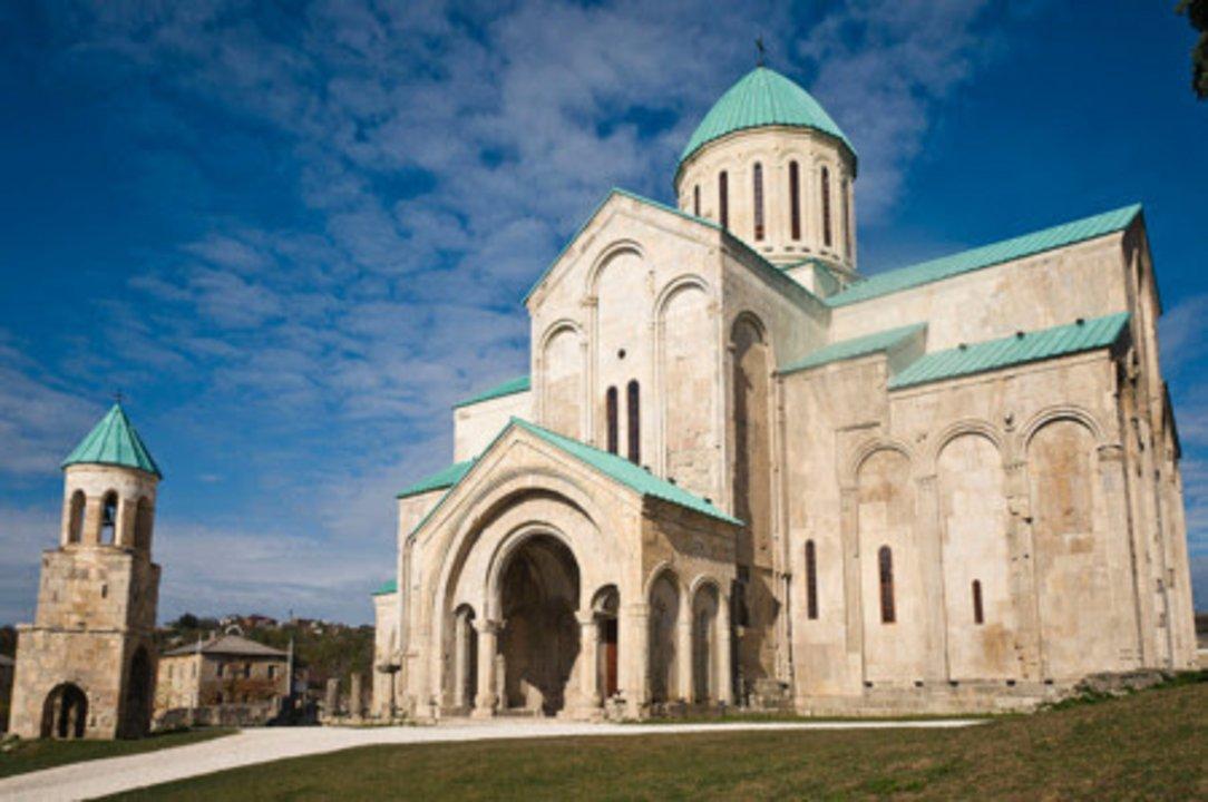 Kutaisi mantiene gran parte de su legado arquitectónico antiguo, aunque la ciudad ha sido enormemente reformada y transformada desde sus inicios, como es lógico. Pese a todo, cuenta con varios monumentos Patrimonio de la Humanidad, como la catedral de Bagrati, representada en la imagen y erigida en el temprano siglo XI. Kutaisi sería posteriormente la capital del primer Reino de Georgia.