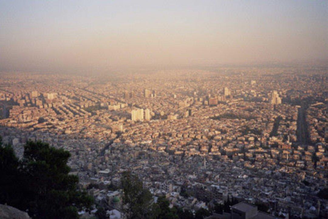 Hoy Damasco no es la ciudad más grande de Siria, pero sí su capital. Controlada casi en su totalidad por las fuerzas leales a Al-Asad, Damasco se ha visto azotada durante los últimos cinco años por la cruenta guerra civil que está resquebrajando Siria. No tan dañada como Homs o Aleppo, Damasco también ha sufrido las consecuencias de los combates y los bombardeos, y hoy afronta días de incertidumbre entre un conflicto bélico que se antoja irresoluble a corto plazo.